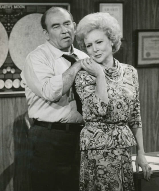 Betty White con Ed Asner, en 'El show de Mary Tyler Moore'
